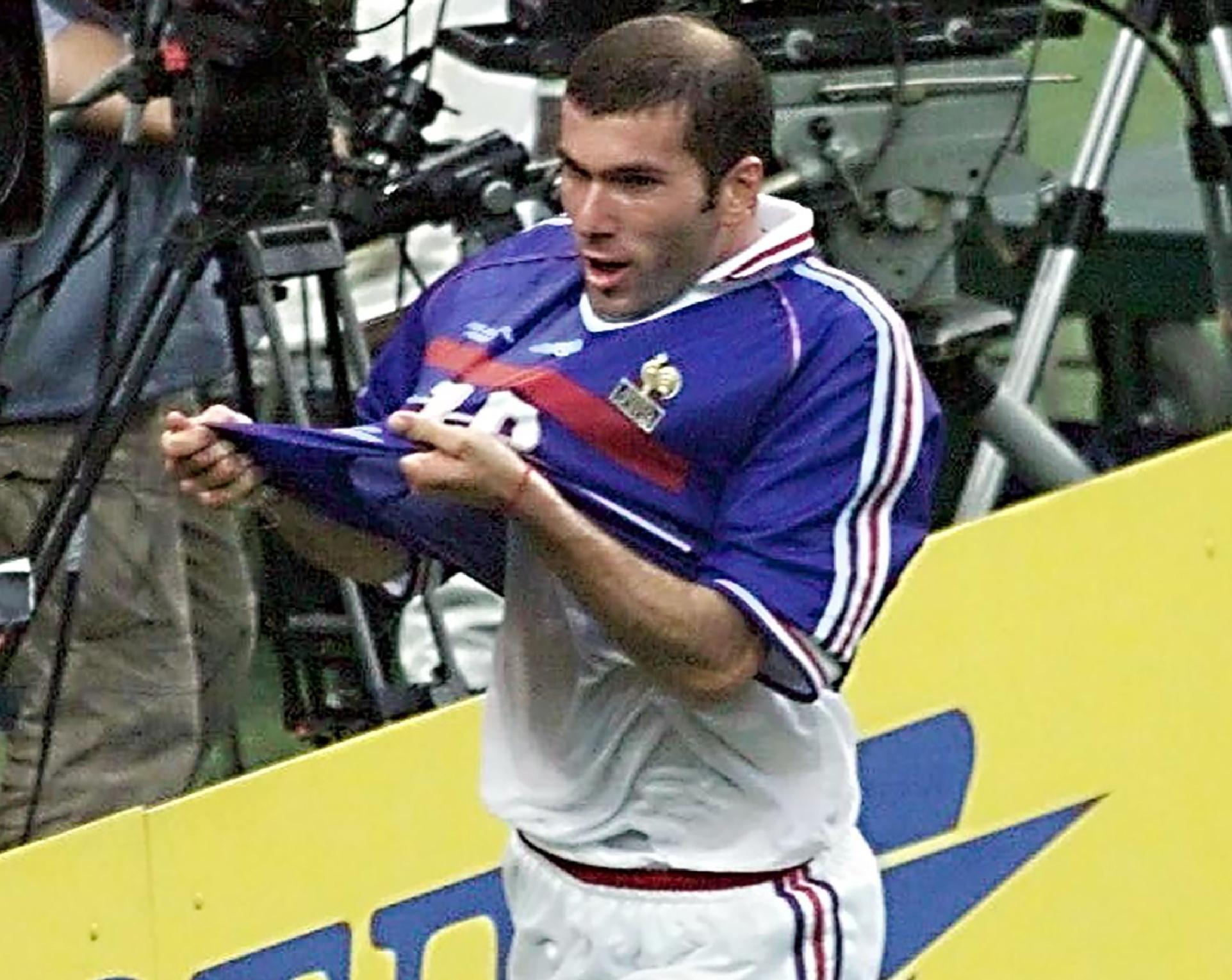 Suspeita de fraude adia leilão de camisa de Zidane em 1998  42774af9eab98